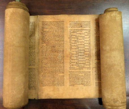 Italy-Old-Torah-Scrol_Horo-1